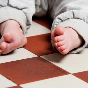 Kinderfüße auf dem Kachelboden