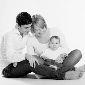 Familie mit Kind vor Weiß
