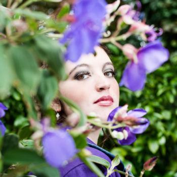 Gesicht hinter Blumen