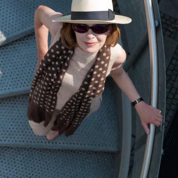 Frau auf Wendeltreppe