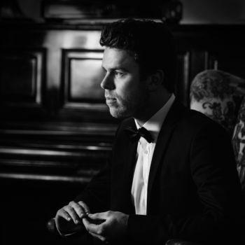 Mann vor dem Klavier