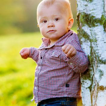 Herbstfotos - Der Junge am Baum