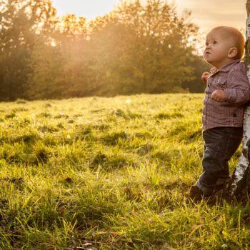 Kleiner Junge genießt das Herbstlicht