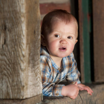 Kleiner Junge im Türrahmen