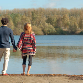 Zwei Personen am See